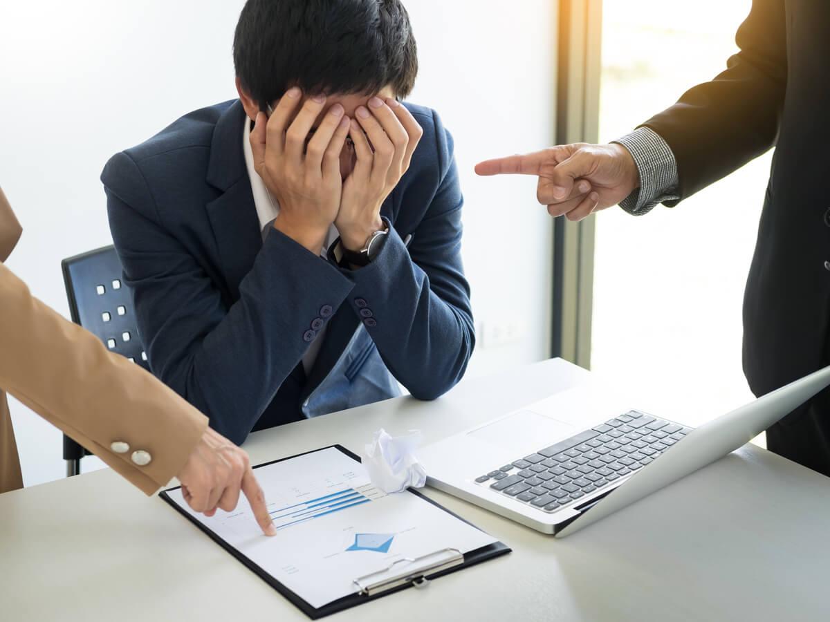 社内のモラハラ社員の特徴と対処方法 企業にとってのリスクや再発防止方法