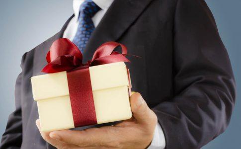 永年勤続表彰制度の賞与は課税対象になる?記念品の相場や課税対象の条件