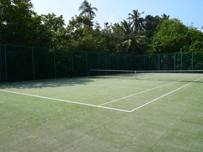 福利厚生施設。例えばテニスコートやフットサル場などのスポーツ施設
